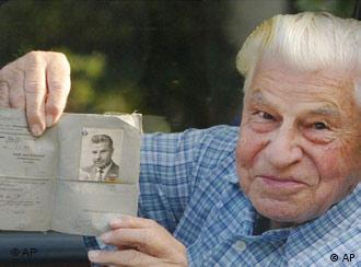 90-летний Георг Шмидт со своими правами