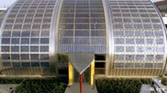 Солнечные батареи на крыше фабрики Shell AG в Германии
