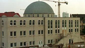Bremen kentindeki Fatih Camii. Örgüt 323'ü Almanya'da olmak üzere 514 camii derneğinde yönetimde bulunuyor