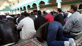 Betende in der Al-Nur Moschee in Berlin