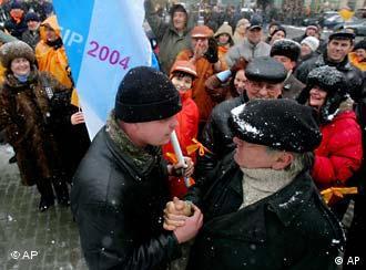 Anhänger beider Lager diskutieren auf der Straße