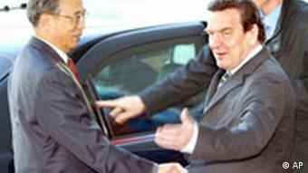 Zeng Peiyan besucht Gerhard Schröder