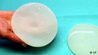 پوشش خارجی محصولات سیلیکونی PIP دوام کمتری دارد و درون بافت سینه پاره میشود (تصویر تزیینی است)