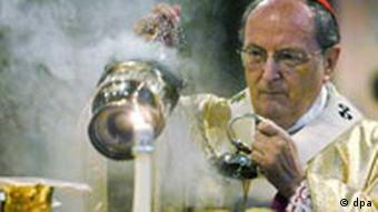 Der Kölner Kardinal Joachim Meisner segnet am Sonntagmorgen (11.01.2004) im Kölner Dom vor der Eucharistie-Feier die Hostien mit Weihrauch. Mit einem Pontifikalamt feiert das Erzbistum Köln den Geburtstag des Kardinals, der am 25. Dezember 2003 70 Jahre alt wurde. Meisner war 1962 zum Priester geweiht worden, 1983 Kardinal geworden und 1989 auf Wunsch von Papst Johannes Paul II. als Erzbischof nach Köln gekommen. Foto: Oliver Berg dpa/lnw