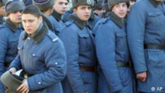 Rumänische Polizeirekruten bei der Stimmabgabe iim Wahllokal Wahlen Präsidentschaftswahl
