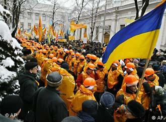 Yushchenko's supporters in orange helmets in front of the parliament in Kyiv in Dec. 2004
