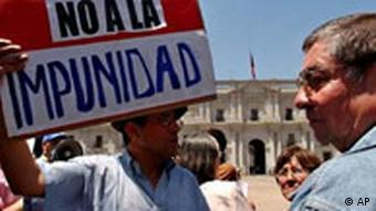 Víctimas de torturas exigen el fin de la impunidad en una manifestación en Santiago de Chile (Foto: AP)