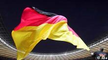 Ein Fahnenträger schwenkt vor dem Spiel Deutschland - Brasilien im Berliner Olympiastadion eine deutsche Fahne (Archivfoto vom 08.09.2004). Die deutsche Fußball-Nationalmannschaft bezieht während der WM 2006 ihr Quartier in Berlin. Diese überraschende Entscheidung gab der Deutsche Fußball-Bund (DFB) am Donnerstag (02.12.2004) bekannt. Das DFB-Präsidium folgte damit endgültig dem Antrag von Bundestrainer Jürgen Klinsmann, den ursprünglich geplanten Standort Leverkusen aufzugeben. Die deutsche Auswahl soll im Schlosshotel Grunewald wohnen und bestreitet ihr letztes Gruppenspiel am 20. Juni in Berlin. Foto: Michael Hanschke dpa/lbn +++(c) dpa - Bildfunk+++