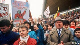 Lithuanians demonstrating in 1991