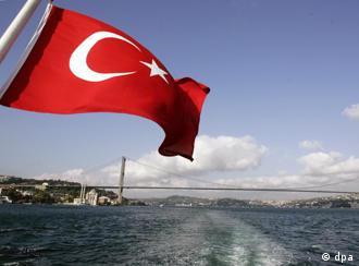 Die türkische Flagge flattert über dem Bosporus