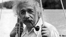 Albert Einstein in einer zeitgenössischen Aufnahme. Ende Dezember 1999 wurde der unkonventionelle Wissenschaftler vom amerikanischen Time-Magazin zur Person des Jahrhunderts gewählt. Der Physiker, durch seine Relativitätstheorie weltberühmt, erhielt 1921 für seine quantentheoretischen Arbeiten den Nobelpreis für Physik. Als Jude den Verfolgungen des Nazi-Terrors ausgesetzt, ging er nach deren Machtübernahme 1933 in die USA und nahm eine Lehrtätigkeit an der Universität in Princeton (New Jersey) auf; 1940 wurde er amerikanischer Staatsbürger. Neben seinen wissenschaftlichen Arbeiten trat Einstein für den pazifistischen Gedanken ein und plädierte für eine übernationale Weltregierung. Albert Einstein wurde am 14. März 1879 in Ulm geboren und verstarb am 18. April 1955 in Princeton.