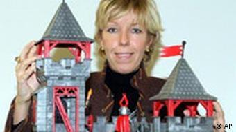 Женщина с игрушечным замком Плеймобиль