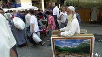 Istanbul (Türkei): Ein Straßenhändler mit Bildern im Basar-Viertel, von Istanbul, aufgenommen am 02.09.2003. (BRL489-191103)