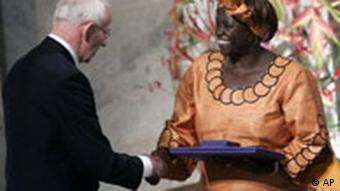 Wangari Maathai aus Kenia erhält in Oslo den Friedens-Nobelpreis 2004
