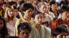 Buddhistische Frauen unterschiedlicher Hautfarben meditieren