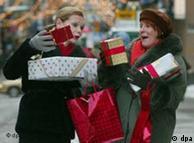 Frauen mit Geschenken. (Quelle: AP)