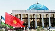 Das neue Parlamentsgebäude in der usbekischen Hauptstadt Taschkent, aufgenommen im Mai 1998. Im Vordergrund die wehenden Staatsflaggen von Kirgisien (rot) und Usbekistan (hellblau, weiß, grün).