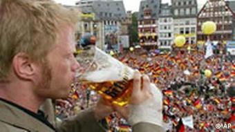 Oliver Kahn trinkt Bier