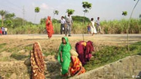 KfW-Projekt in Bangladesch - working on the roadside (dw)