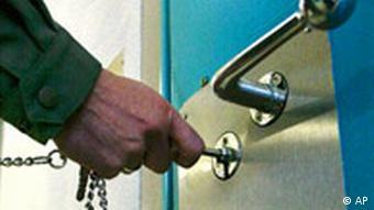 Gefängnis Wärter schließt eine Tür