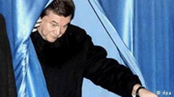 Stimmabgabe von Viktor Janukowitsch während der Neuwahlen in der Ukraine