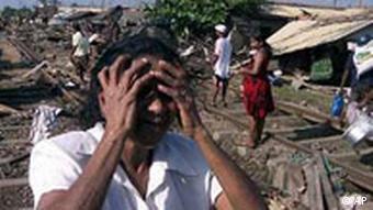 Weinende Frau in Sri Lanka, Seebeben mit Flutwellen suchen Asien heim