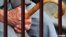 Rentner im Knast mit Gehstock