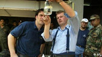 Mitarbeiter des THW untersuchen die Qualität des Wassers in Sri Lanka nach der Flutkatastrphe