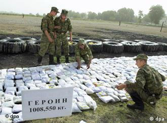 Российские солдаты и изъятый героин в пластиковых мешках