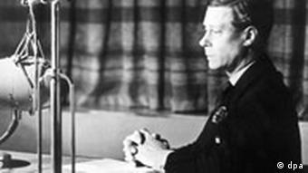 Edward der VIII. vor einem Mikrofon.