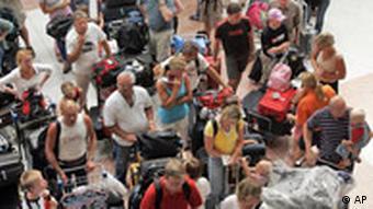 Flutkatastrophe Südindien Schwedische Touristen warten auf dem Flughafen in Phuket auf den Rücktransport in die Heimat. Thailand