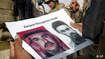 Topterrorist Abu Musab az-Zarqawi auf einem Fahndungsbild für US-Soldaten im Irak US Marines look at poster of Abu Musaab al-Zarqawi, Fallujah, Iraq, photo