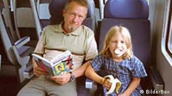 Vater und Tochter fahren Bahn
