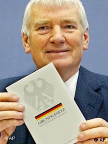 Innenminister Otto Schily mit Grundgesetz