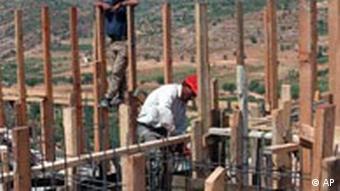 Palästinenser arbeiten am Bau einer israelischen Siedlung (Archivfoto: AP)