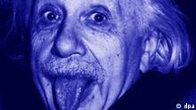 Der Physiker Albert Einstein streckt die Zunge heraus. Dieses mittlerweile weltbekannte Foto verschickte der unkonventionelle Wissenschaftler gern als Gruß an seine Freunde.