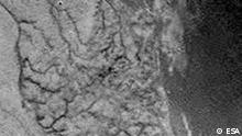 RETRANSMISSION OF FRA128 TO ADD CAPTION INFORMATION ** An European Space Agency image from the ESA's webside on Friday Jan. 14, 2005 after the Huygens space probe beamed data including this image back to earth through its Cassini mothership orbiting Saturn's moon Titan. This is one of the first raw images returned by the ESA Huygens probe during its successful descent. It was taken from an altitude of 16.2 kilometres with a resolution of approximately 40 metres per pixel. It apparently shows short, stubby drainage channels leading to a shoreline. (AP Photo/European Space Agency ESA) ** FOR EDITORIAL USE ONLY MANDATORY CREDIT: EUROPEAN SPACE AGENCY ESA ** Die helleren Flächen deuten auf Eis hin, die dunklen auf Methanseen und -kanäle