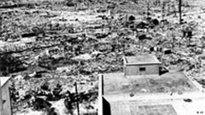 Вид на Хиросиму из окна госпиталя Красного креста на расстоянии километра от эпицентра взрыва. Снимок сделан в 1945 году.