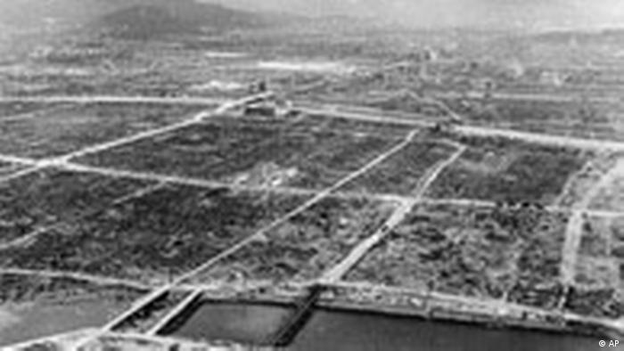 Несколько мостов и бетонных зданий сохранились после атомной бомбардировки Хиросимы американскими ВВС.