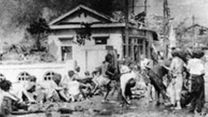 В ожидании медицинской помощи в Хиросиме 6 августа 1945 года