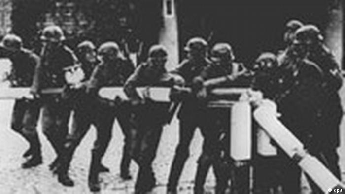Beginn des 2. Weltkriegs: Deutsche Soldaten reissen den Schlagbaum Polens an der Grenze nieder