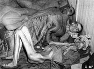 Prisioneiros no campo de concentração de Buchenwald, no Leste da Alemanha