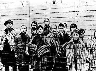 Niños en Auschwitz. Foto tomada por las FF. AA. de la URSS luego de la liberación del campo de concentración, el 27 de enero de 1945.