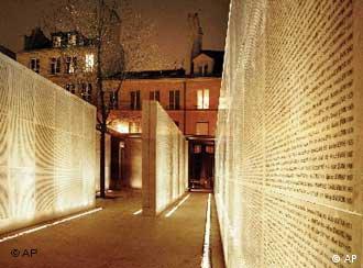 Muro com os nomes dos judeus deportados da França para os campos de concentração nazistas