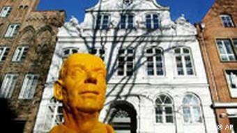 Памятник Томасу Манну перед ''домом Будденброков'' в Любеке