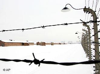 Neki su ljudi bili ograđeni bodljikavom žicom