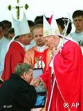 Presidenti polak, Lech Valensa, gjunjëzohet para Papës Gjon Pali II, 22 Maj 1995.