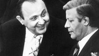 El ministro de RREE Hans Dietrich Genscher y el canciller alemán Helmut Schmidt en una toma de 1974 (Foto: AP)