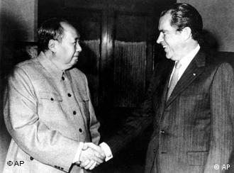 Nixon aperta a mão de Mao Tsé-tung