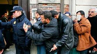 Spanien Einwanderer vor dem marrokanischen Konsulat in Valencia
